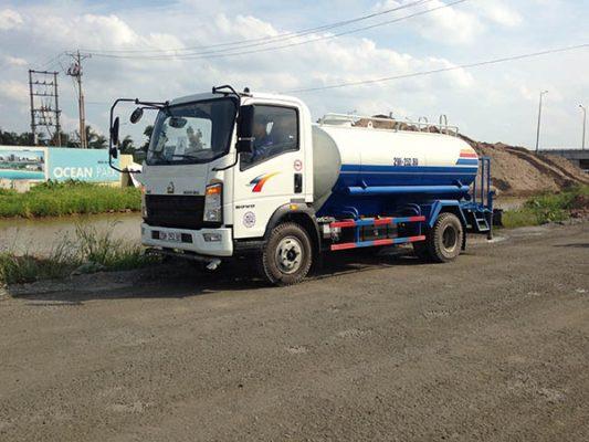 xe phun nước rửa đường howo