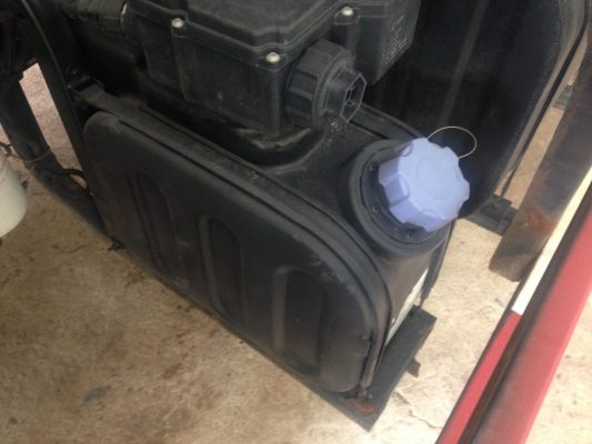 Bình chứa dung dịch xử lý khí thải của xe