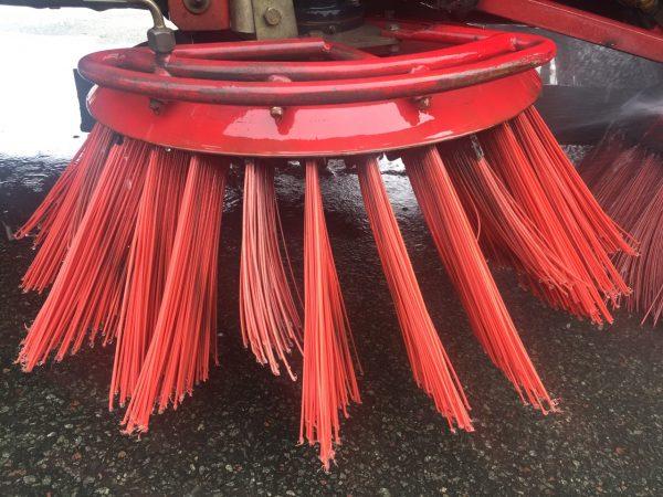 chổi nhựa xe quét đường bị mòn trong quá trình sử dụng.